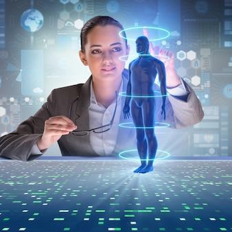 Diagnostica remota futuristica con imprenditrice