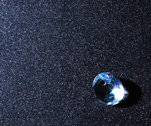 Diamante blu lucido sullo sfondo luccicante