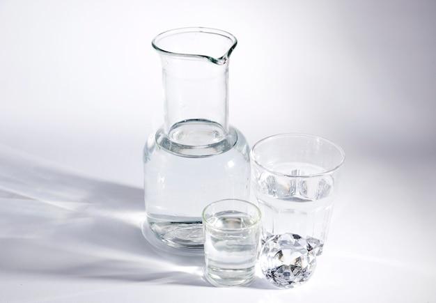 Diamante con contenitori di vetro su sfondo bianco