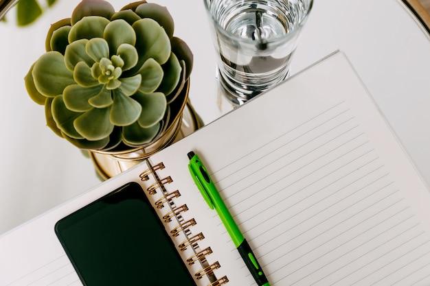 Diario aperto in bianco, taccuino, sketchbook. piani, storia di vita. disteso