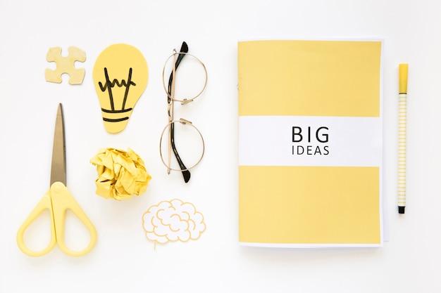 Diario di grandi idee con elementi su sfondo bianco