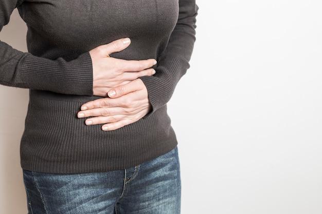 Diarrea, dolore addominale in una donna. le mestruazioni. soffrendo di stitichezza.