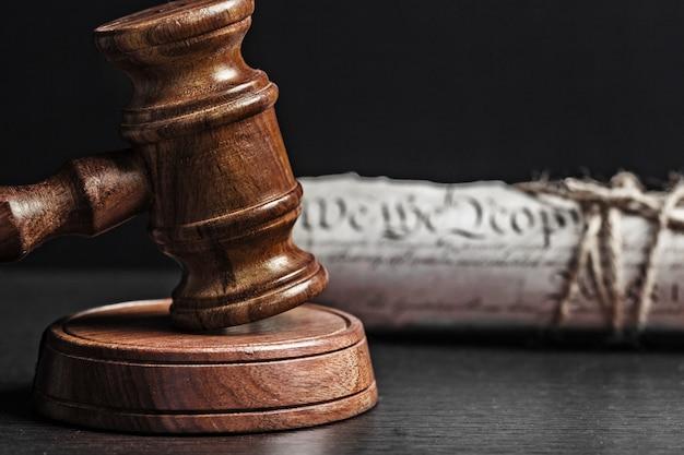 Dichiarazione di indipendenza americana e martelletto di legno.