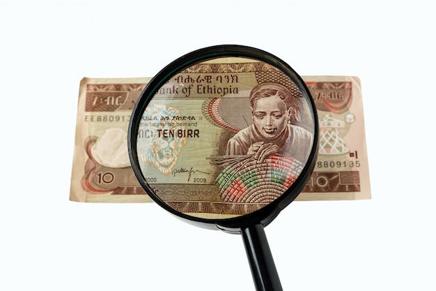 Dieci banconote e lente d'ingrandimento birr etiopico