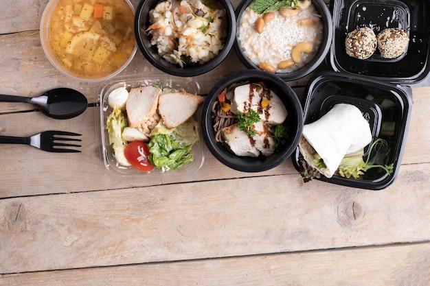 Dieta bilanciata. corretta alimentazione in contenitori per alimenti