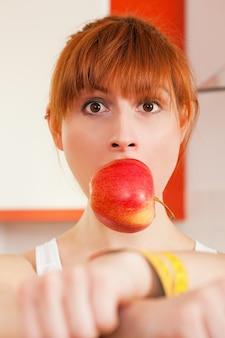 Dieta - donna imbavagliata e ammanettata