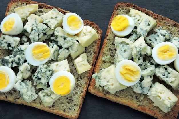 Dieta keto. toast con formaggio blu e uova di quaglia. brindisi di keto. snack salutare.