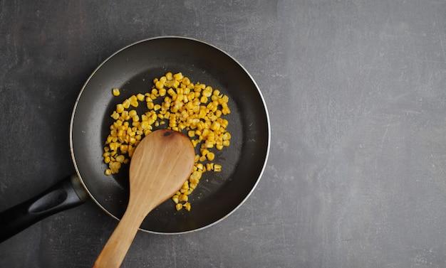 Dieta. mais grigliato biologico in padella. verdure di fattoria biologica. vegetariano