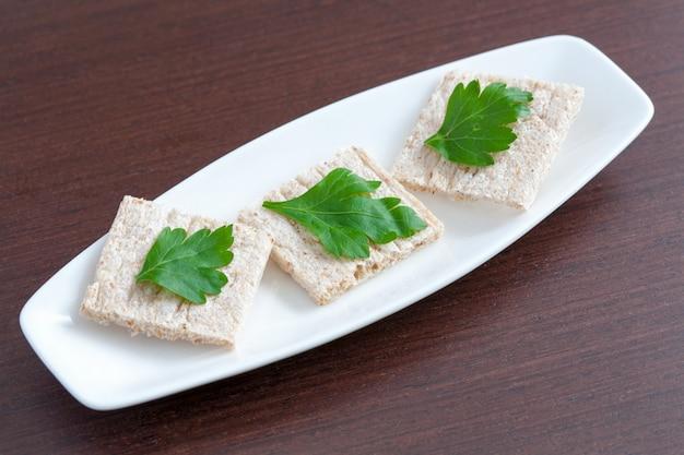 Dieta pane con prezzemolo su un piatto
