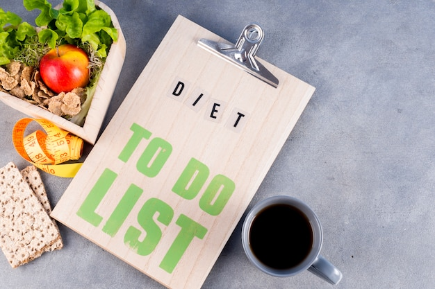 Dieta per fare la lista con cibi sani e bevande sul tavolo