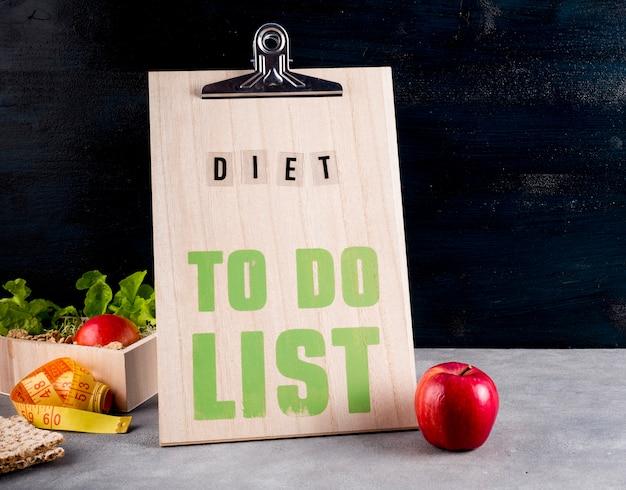 Dieta per fare la lista con la mela sul tavolo
