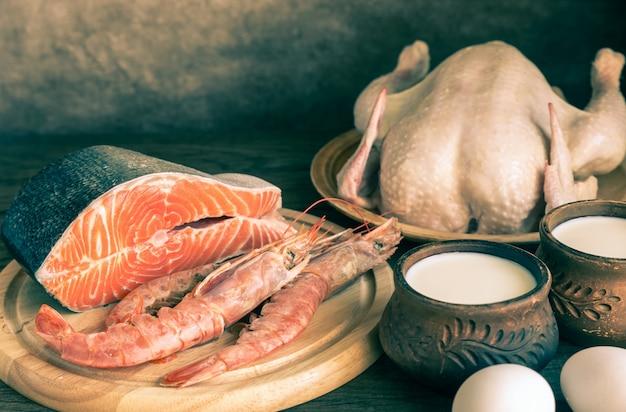 Dieta proteica: prodotti grezzi su legno