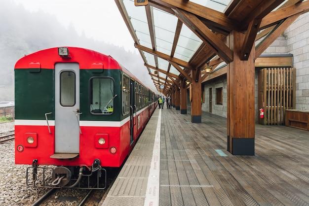 Dietro il treno rosso su alishan forest railway fermarsi sulla piattaforma della stazione ferroviaria di zhaoping in alishan, taiwan.