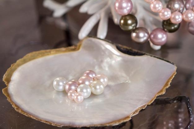 Differenza di colore delle perle fatte per la collana