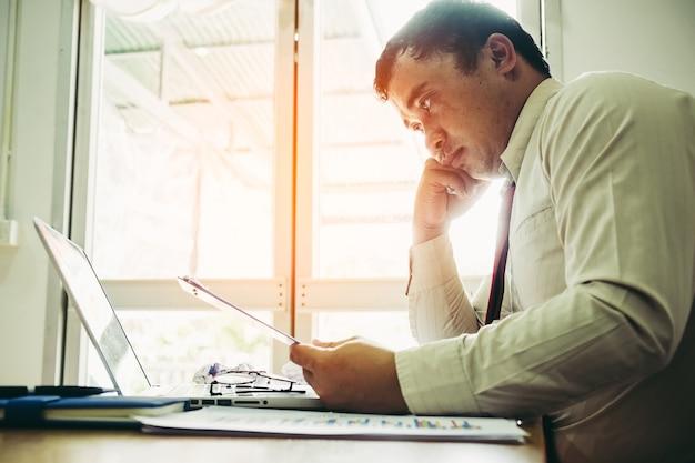 Difficile pensare all'analisi del lavoro. giovane imprenditore stressato in ufficio