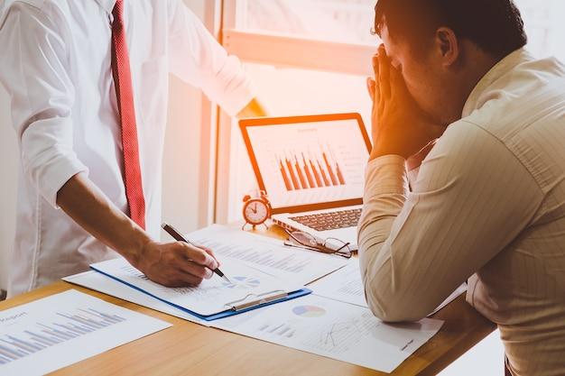 Difficile pensare all'analisi del lavoro. uomo d'affari stressato al lavoro