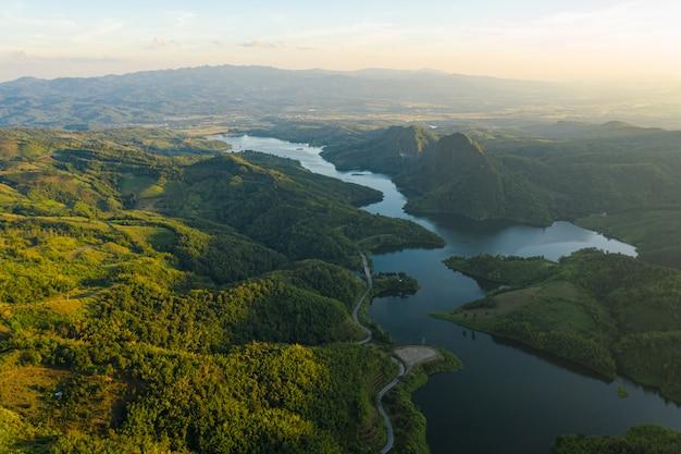 Diga naturale del bacino idrico nella valle nella vista aerea della tailandia dal fuco