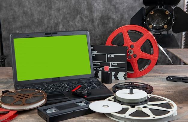 Digitalizzazione di vecchi film da 16 mm con laptop e schermo verde