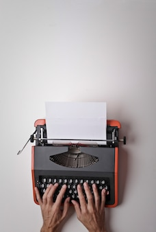Digitando su una macchina da scrivere
