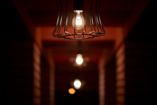 Dim lampadine nel corridoio buio.