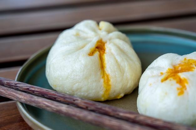 Dim sum cinese su un piatto in un ristorante nel vietnam
