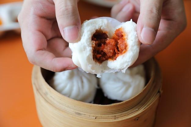 Dim sum sul cestino di legno, alimento cinese