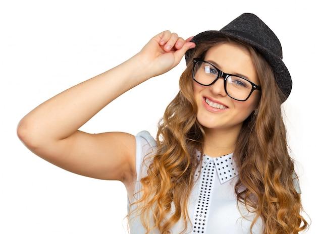 Dimagrisca la ragazza giovane graziosa in cappello