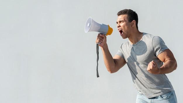 Dimostrante che dimostra con il megafono
