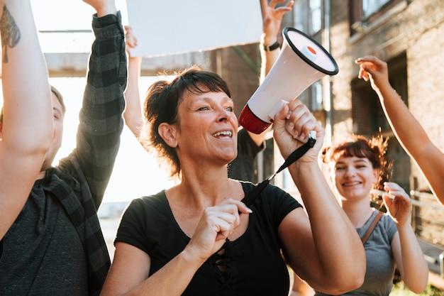Dimostranti allegri che marciano attraverso la città