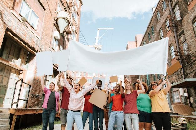Dimostranti colorati che marciano attraverso una città