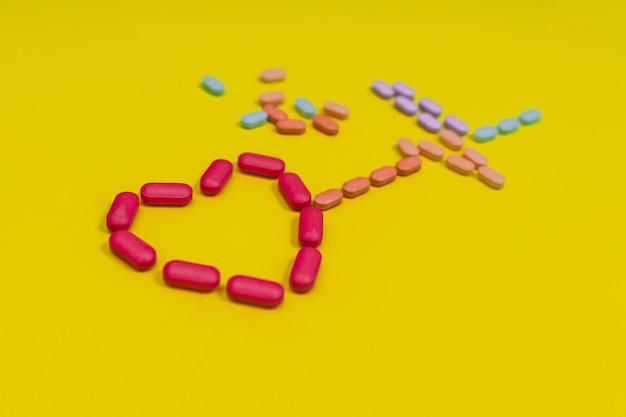 Dinamica cardiaca disposta da diverse capsule di vari colori. concetto di salute.