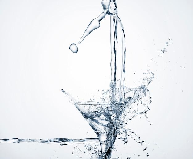 Dinamica dell'acqua in vetro trasparente