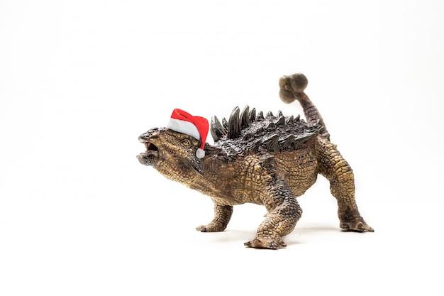 Dinosauro di ankylosaurus con il cappello di natale su bianco