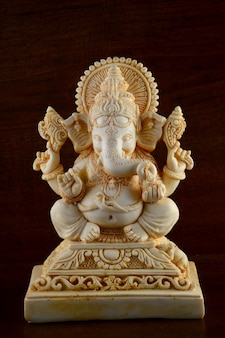 Dio indù ganesha. idolo di ganesha su sfondo marrone