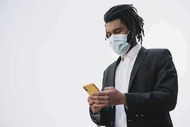 Dipendente che indossa lo spazio medico della copia della maschera