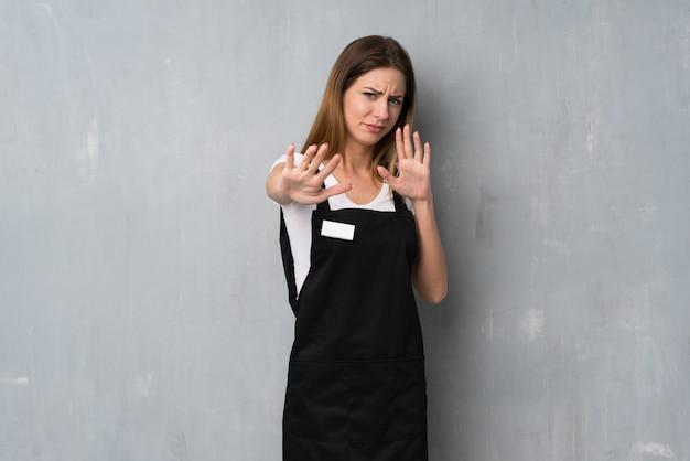 Dipendente donna nervoso e spaventato allungando le mani verso la parte anteriore