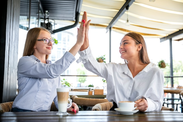 Dipendenti aziendali basso angolo alto cinque