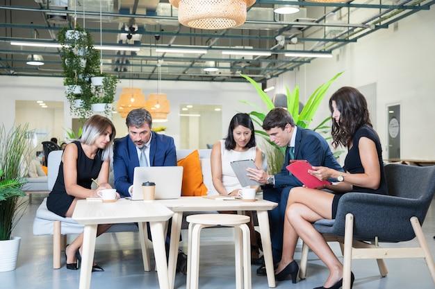 Dipendenti che condividono idee a tutto campo