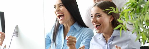 Dipendenti di piccoli team che guardano emotivamente eventi