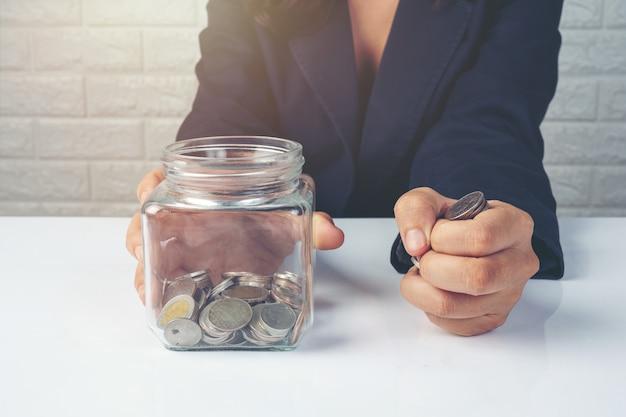 Dipendenti donna contando soldi su una scrivania bianca