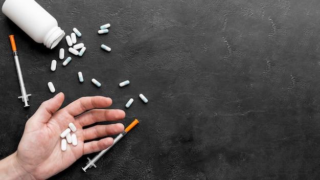 Dipendenza da pillole con copia-spazio