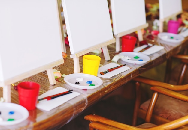 Dipingere alla scuola d'arte.