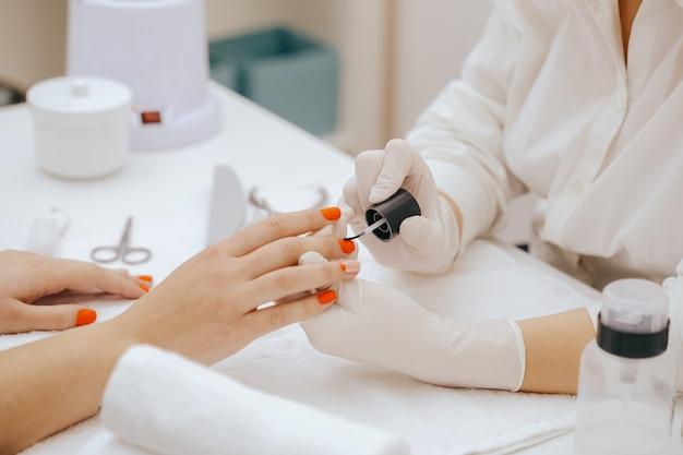 Dipingere le unghie