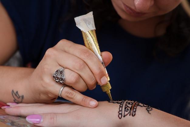 Dipinto a mano con l'henné