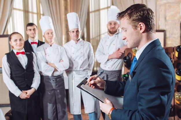 Direttore del ristorante e il suo staff in cucina.