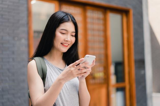 Direzione asiatica della donna del viaggiatore sulla mappa di posizione a pechino, cina