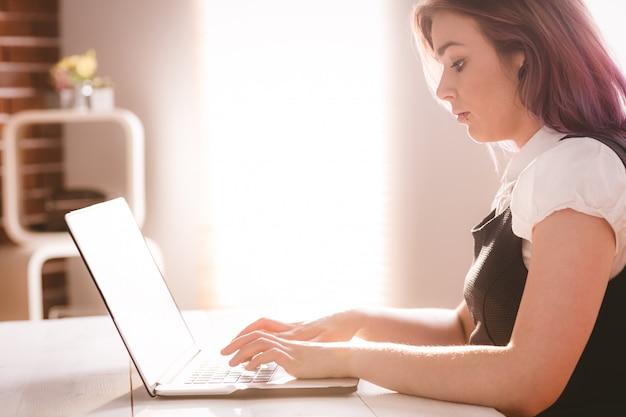 Dirigente attento che lavora al computer portatile