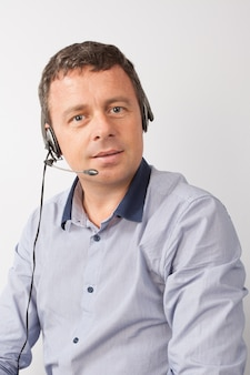 Dirigente di call center uomo felice e sorridente