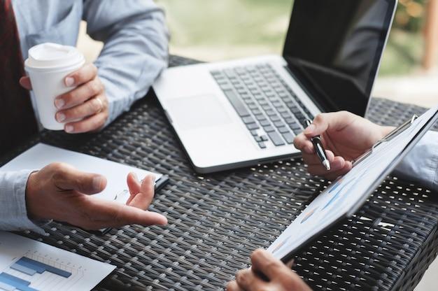 Dirigenti aziendali che discutono sui profitti in un moderno posto di lavoro all'aperto.