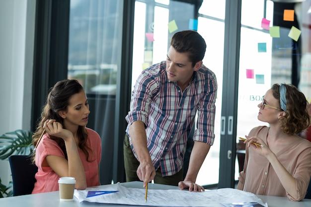 Dirigenti aziendali che discutono sul modello